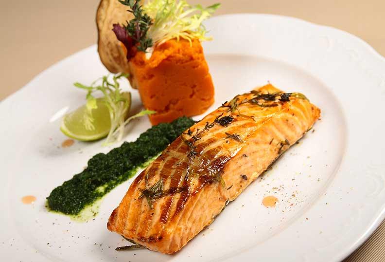 Recettes faciles sans gluten - saumon au four, épinards et oignon